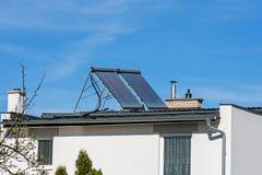 在家庭房子的屋顶的太阳能集热器 免版税库存照片