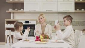 在家庭晚餐期间,妈妈与她的孩子沟通在桌上 股票录像