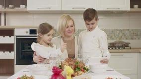 在家庭晚餐期间,妈妈与她的孩子沟通在桌上 股票视频