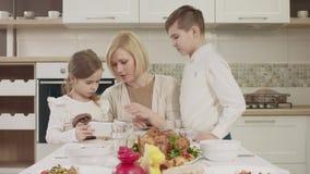 在家庭晚餐期间,妈妈与她的孩子沟通在桌上 影视素材