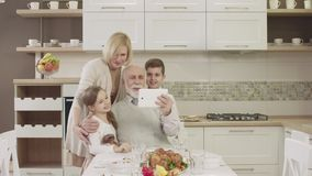 在家庭晚餐期间,家庭为视频通信使用一种片剂 股票录像