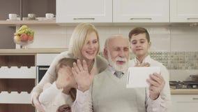 在家庭晚餐期间,家庭为视频通信使用一种片剂 影视素材