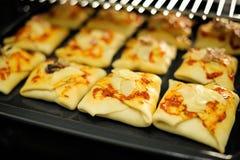 在家庭烤箱的健康小圆面包 图库摄影