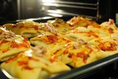 在家庭烤箱的健康小圆面包 库存照片