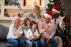 在家庭的圣诞节喜悦 免版税库存图片