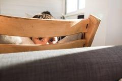 在家微笑和愉快的孩子的画象 有快乐的表示的孩子 库存图片