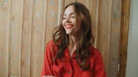 在家微笑年轻俏丽的深色的妇女画象  免版税库存图片