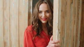 在家微笑年轻俏丽的深色的妇女画象  图库摄影