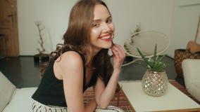 在家微笑年轻俏丽的深色的妇女画象  库存照片