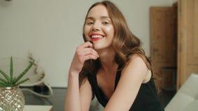 在家微笑年轻俏丽的深色的妇女画象  免版税图库摄影