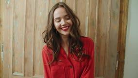 在家微笑年轻俏丽的深色的妇女画象  股票录像