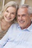 在家微笑愉快的老人&妇女的夫妇 库存照片