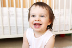 在家微笑18个月婴孩 库存图片