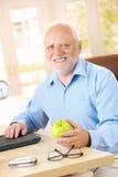 在家微笑活跃的前辈 免版税库存照片