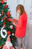 在家打开礼物的欢乐的小女孩 免版税图库摄影