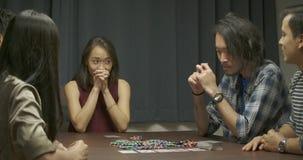 在家打扑克的小组年轻朋友 股票录像