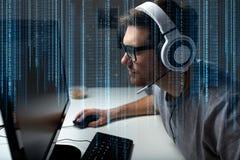 在家打计算机电子游戏的耳机的人 向量例证
