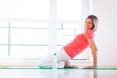 在家执行瑜伽执行的少妇 图库摄影