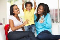 在家拜访有儿子的妇女怀孕的朋友 免版税库存照片