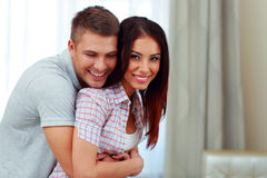 在家拥抱美好的夫妇 免版税库存照片