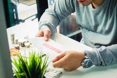 在家拿着在桌面办公室的商人的手回绝信 选择聚焦 免版税库存照片