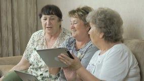 在家拿着数字式片剂的年长妇女 股票视频
