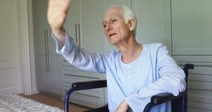 在家挥动的轮椅的老人 股票录像