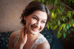 在家摆在美丽的愉快的新娘 图库摄影