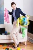在家收集洗衣店的女实业家 图库摄影