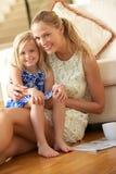 在家放松与女儿的母亲 图库摄影