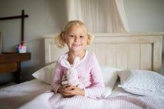 在家放松在床上的女孩在卧室 免版税库存照片