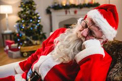在家放松在沙发的圣诞老人在客厅 库存图片