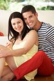 在家放松在沙发的夫妇 免版税库存照片