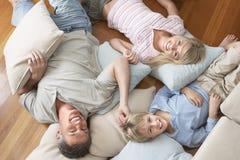在家放松愉快的家庭 免版税库存照片