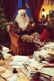在家放松的圣诞老人 图库摄影