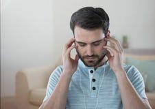 在家放松的耳机的被注重的人 库存图片