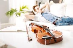 在家放松的音乐家 免版税图库摄影