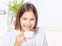 在家放松的浴巾的妇女 免版税库存图片