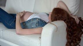 在家放松看的孕妇非常愉快 影视素材