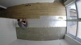 在家放置层压制品的地板的熟练的人在新的屋子里 Timelapse 股票视频