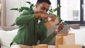 在家检查外卖食品命令的印度人 股票录像