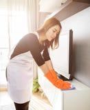 在家清洗的少妇,清洗的服务概念 免版税库存图片