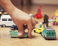 在家演奏在地板上的孩子玩具,少许 免版税图库摄影