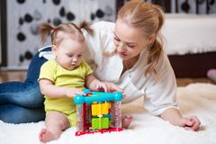 在家演奏块玩具的母亲和孩子 库存照片