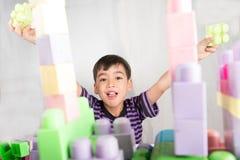 在家演奏块的小男孩 免版税库存照片