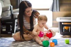 在家演奏有母亲的儿童小孩玩具或幼儿园 库存图片