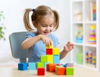 在家演奏木玩具的儿童小孩 免版税库存照片