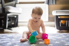 在家演奏玩具或幼儿园的儿童小孩 免版税库存照片