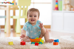 在家演奏玩具或幼儿园的男婴 免版税图库摄影