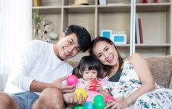 在家演奏玩具的幸福家庭 库存照片